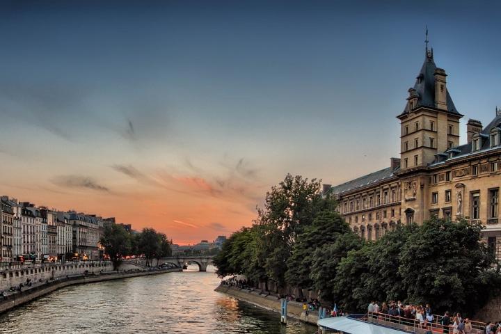 Primeiro hotel flutuante localizado na França é inaugurado, em Paris, no rio Sena